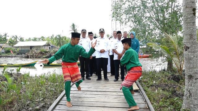 Kunjungi Desa Sungai Berapit, Bupati Inhil Serahkan Zakat Kepada Mustahik
