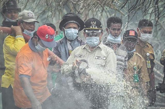 Intensitas Meningkat, Bupati Inhil Terjun Langsung Tinjau Lokasi Karhutla Di Kempas