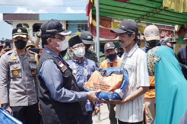 Bupati Inhil Kunjungi dan Serahkan Bantuan Korban Angin Puting Beliung Desa Sanglar